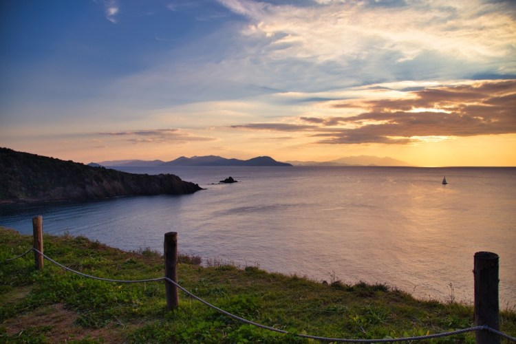 Tramonto sull'isola d'Elba visto da Punta Falcone, sul litorale di Piombino