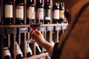 Bottiglie di vini pregiati toscani e calice di vino rosso