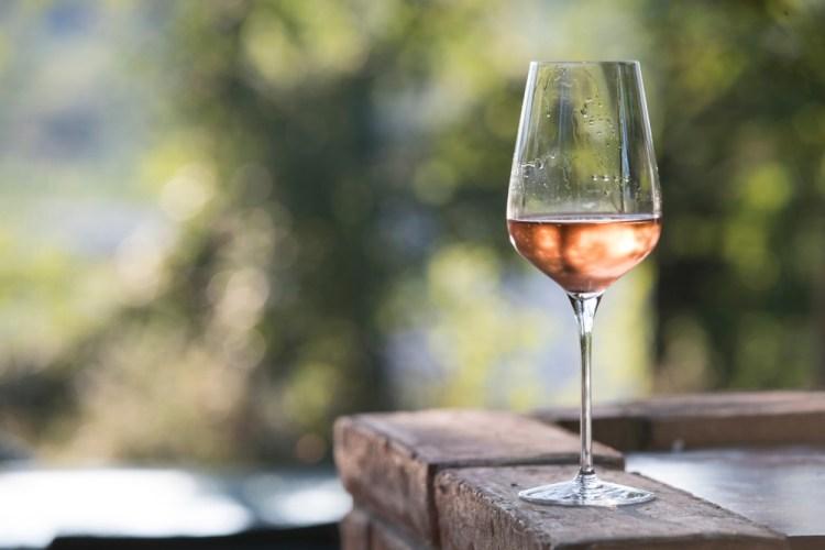 Un bicchiere di vino rosé toscano su tavolo di legno