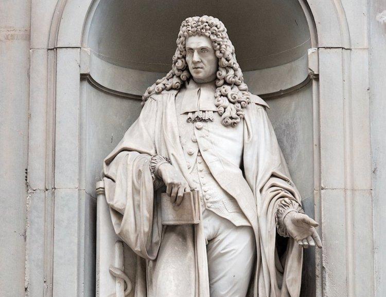 Statua di Francesco Redi nel loggiato della Galleria degli Uffizi a Firenze