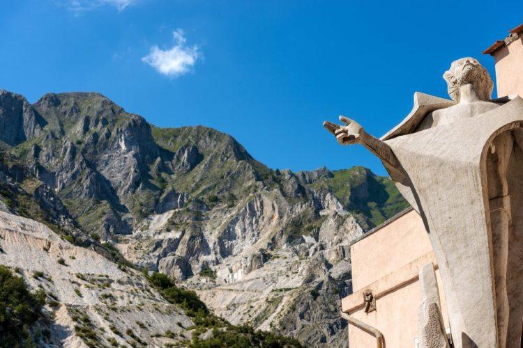 La statua del Cavatore sulle Alpi Apuane