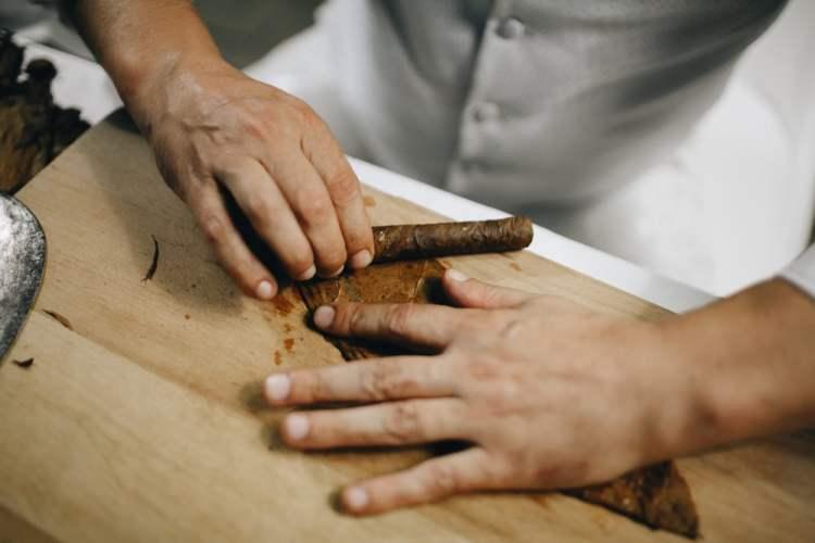 Produzione a mano del sigaro toscano in Valtiberina