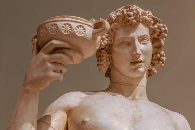 Antica statua greca di Dionisio, dio del vino