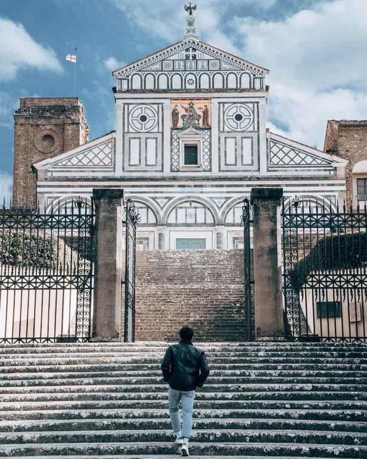 WikiPedro davanti alla chiesa di San Miniato