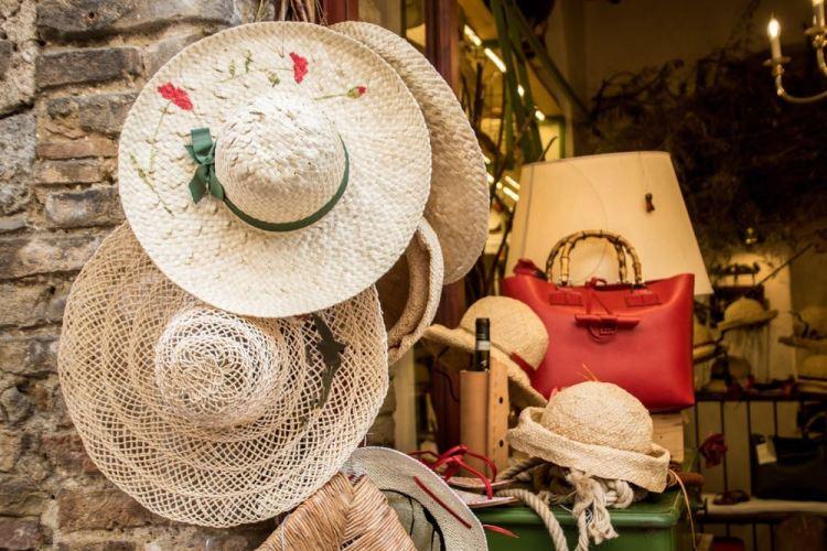Cappelli di paglia in un negozio in Toscana