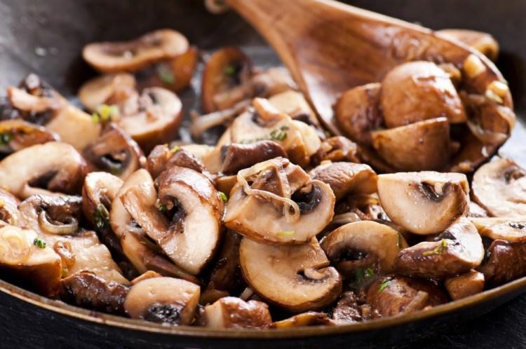 Funghi trifolati in padella con mestolo di legno