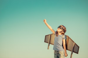 Bambina gioca con ali di cartone
