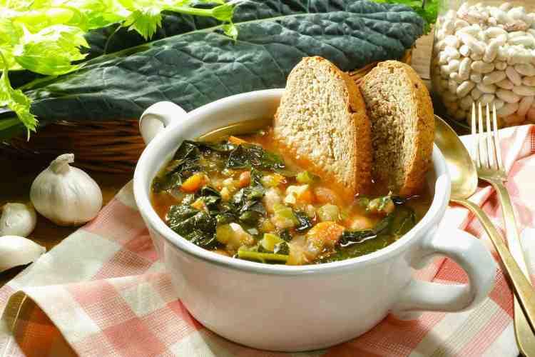 Zuppa toscana di verdure con cavolo nero