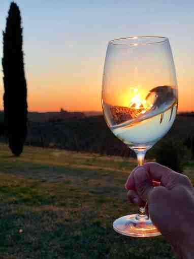 Bicchiere di vino bianco al tramonto