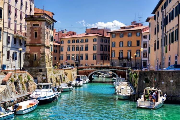Motoscafi nei canali del quartiere Venezia Nuova a Livorno