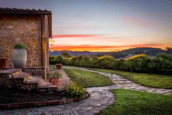 Villa in pietra in Toscana al tramonto