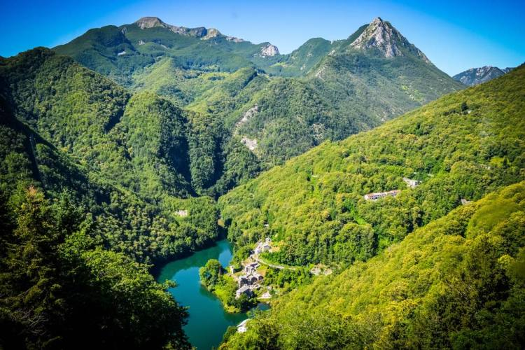 Il borgo di Isola Santa si trova in Toscana nel verde territorio della Garfagnana