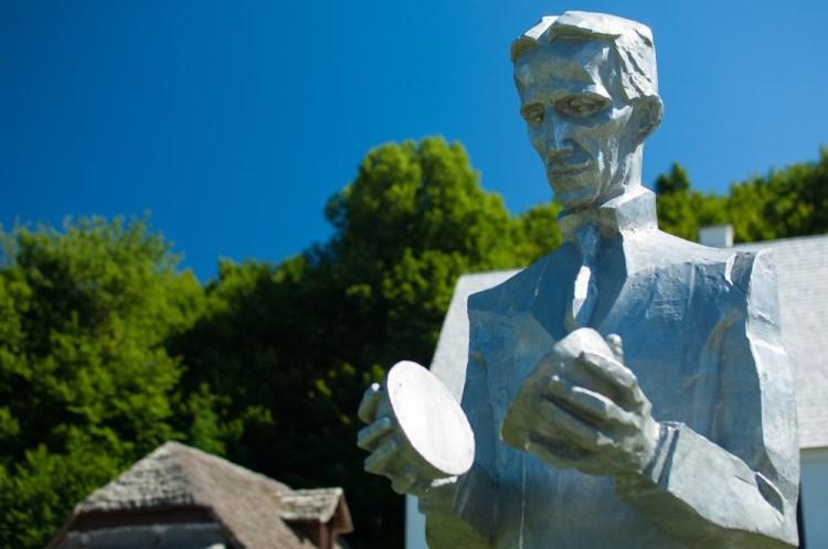 Statua di Nicola Tesla a Smiljan in Croazia, autore Mile Blazevic