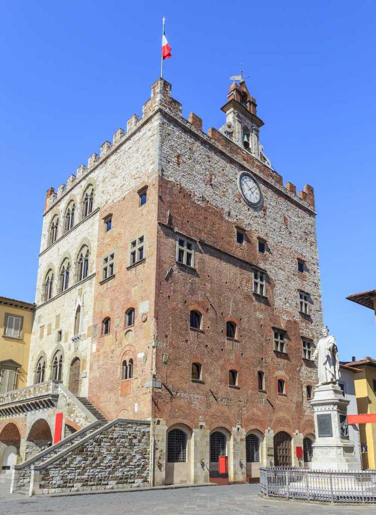 Statua di Francesco Datini a Prato e il Palazzo del Comune