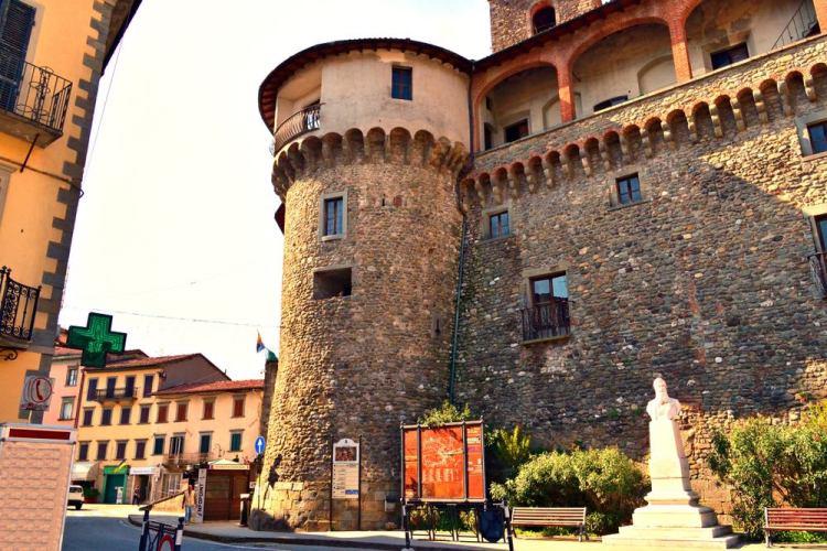 Rocca ariostesca nel borgo toscano di Castelnuovo di Garfagnana