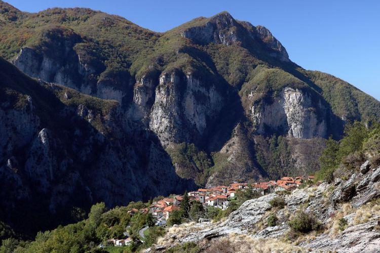 Borgo toscano di Fivizzano con dietro le Alpi Apuane