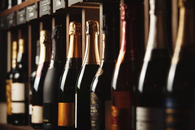 Bottiglie di vini spumanti toscani in enoteca