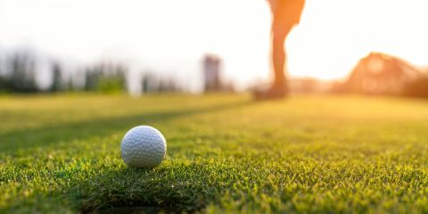 Golfista gioca in un campo in Toscana al tramonto