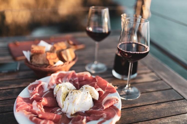 Degustazione di vino nel Chianti Classico con piatto di prosciutto toscano e mozzarella