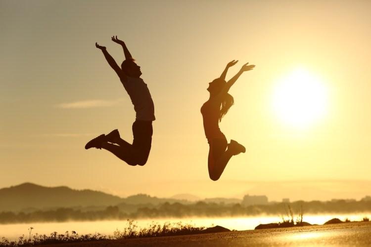 Coppia atletica salta al tramonto