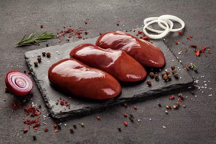 Fegato di maiale su tagliere con cipolla e odori