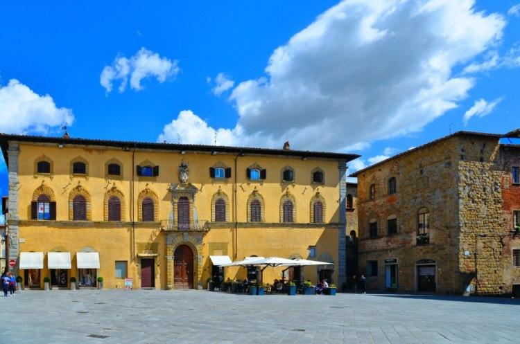 Piazza Torre di Berta, la piazza principale di Sansepolcro, borgo toscano in Valtiberina