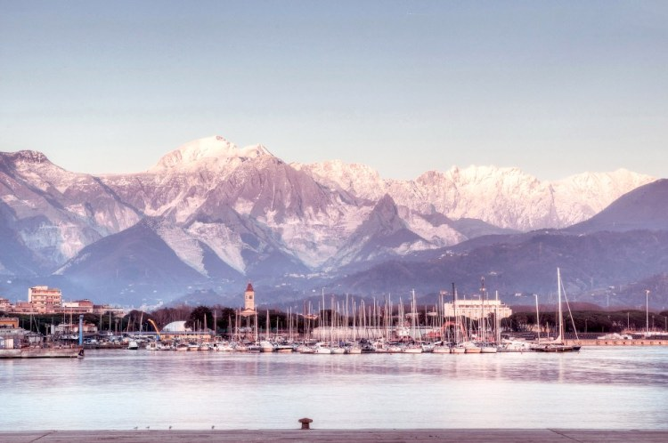 Le Alpi Apuane e il borgo di Marina di Carrara visti dal mare