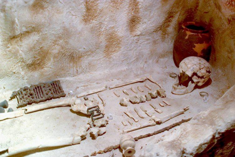Scheletro di donna in una tomba etrusca
