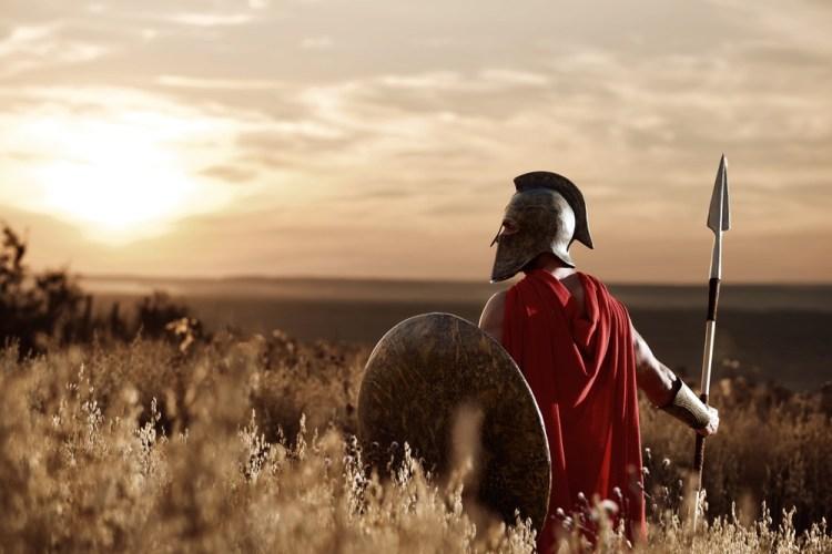 Guerriero romano in un campo al tramonto
