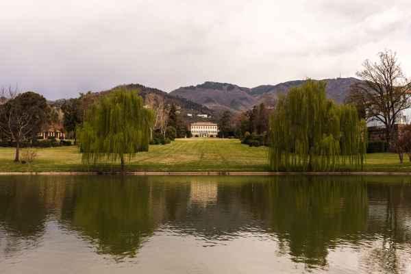 Il lago e Villa Reale di Marlia in provincia di Lucca