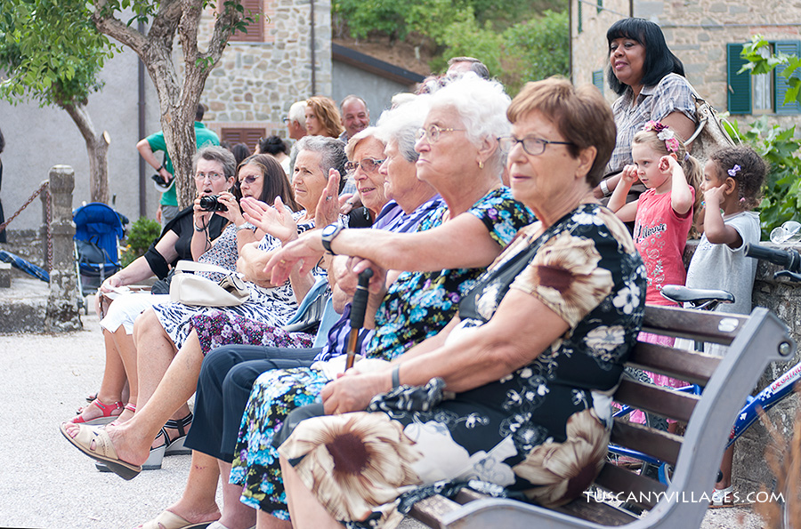 Stiappa Old-ladies sitting-in-row