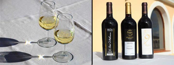 Izquieda, vino blanco de la bodega Sa Cova y cielo ibicenco. Derecha, carta de vinos tintos de Sa Cova