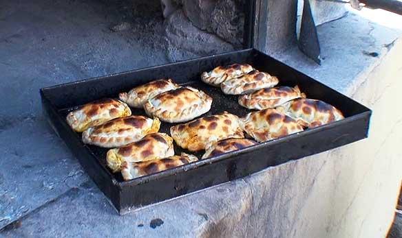 Empanadas argentinas recién salidas del horno