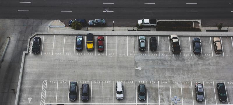 daños en el coche en un parking