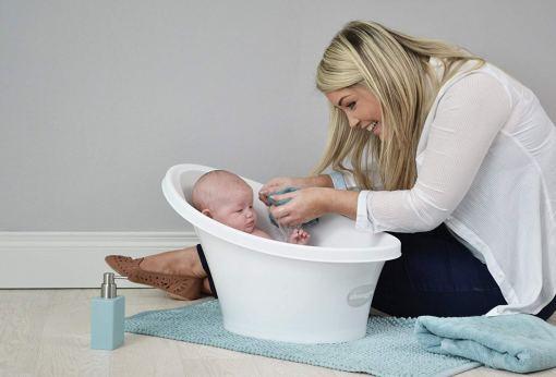 madre bañando a su niño