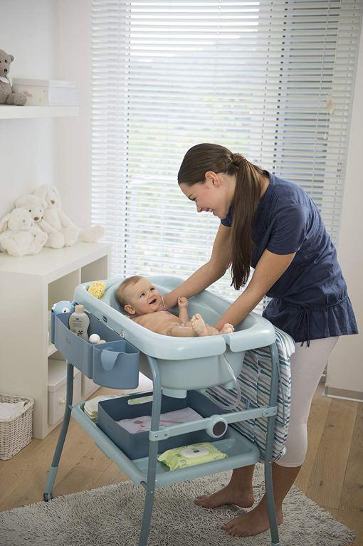mama bañando a su bebé