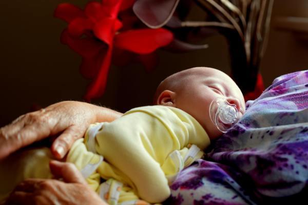 bebé dormido en brazos de la madre