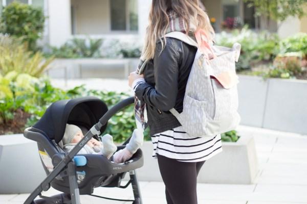 Madre con mochila de pañales