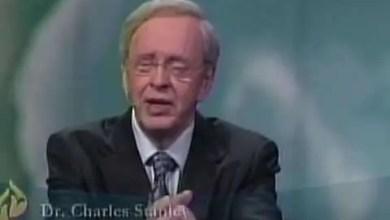 Photo of Dios actua a favor nuestro – Dr. Charles Stanley