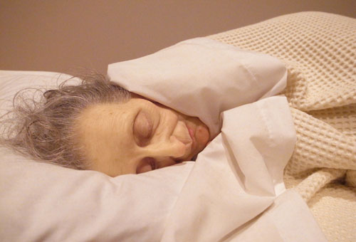 Old Woman in Bed (2000), de Ron Mueck