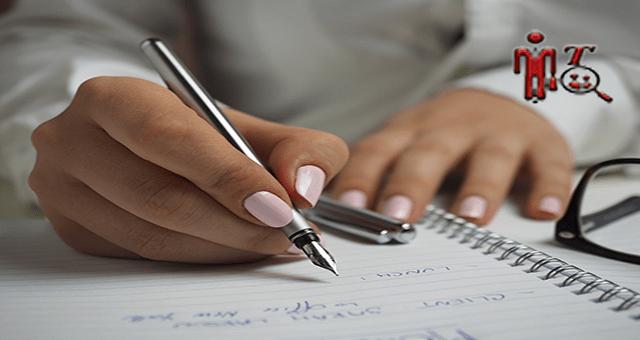 Una imajen de las manos de una mujer escribiendo con una pluma, mejorando su calidad de trabajo