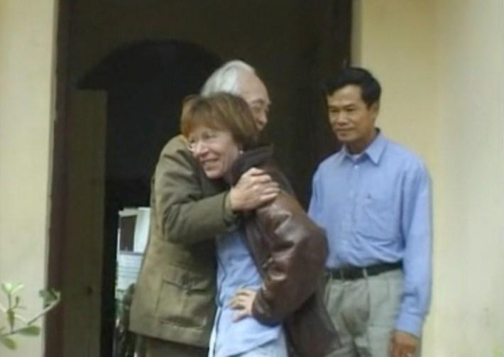 Milena Gabanelli saluta il generale Giap in Vietnam