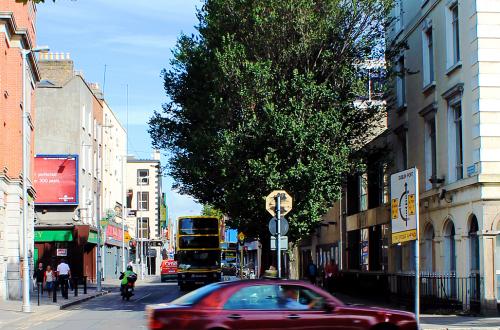 Straat in Dublin, Ierland, met bussen en autos