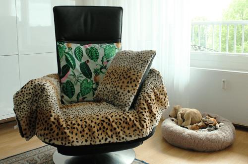 Stoel met luipaarden-kleedje en kussen
