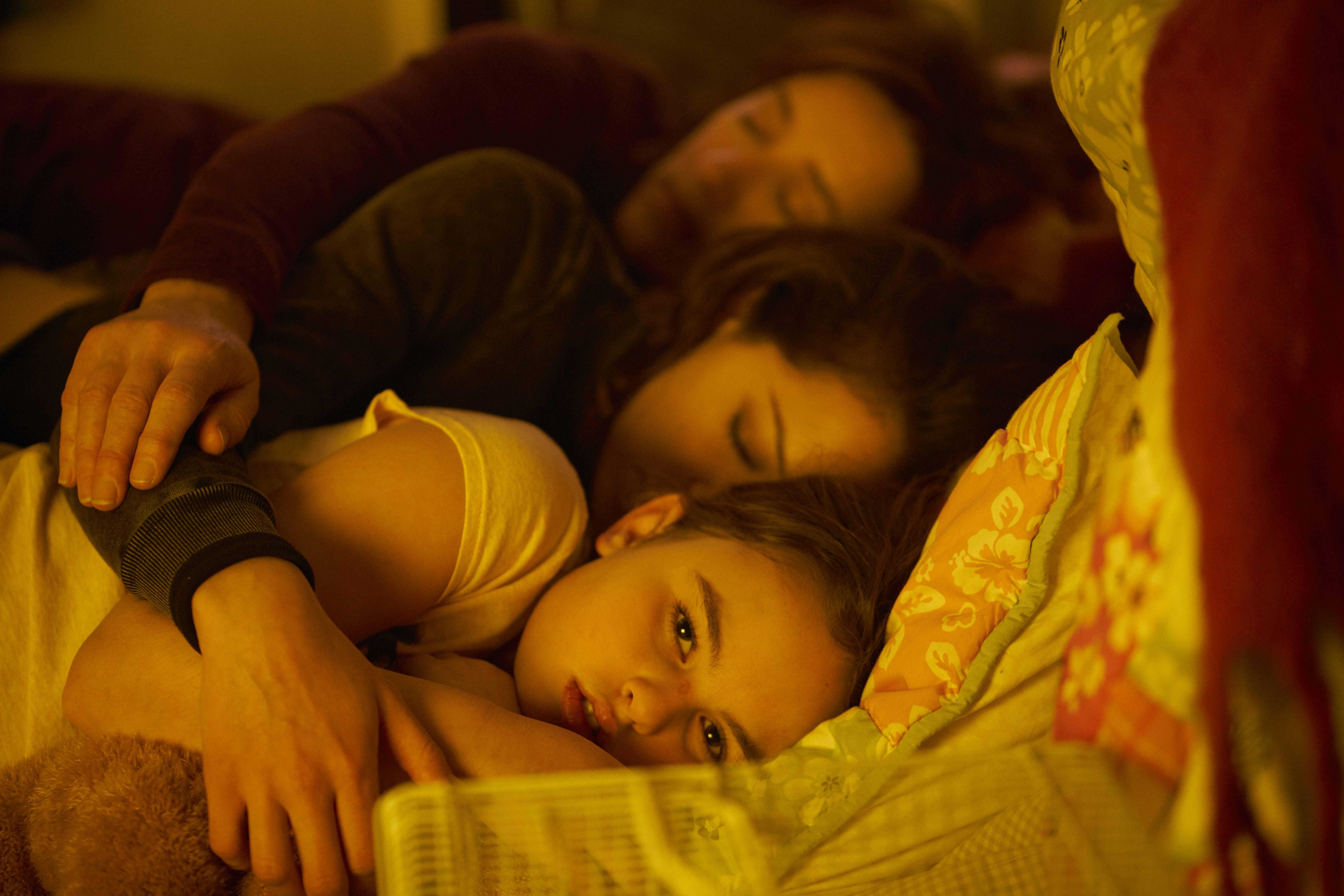 Mrs. S (Maria Doyle Kennedy), Sarah (Tatiana Maslany), and Kira (Skyler Wexler)