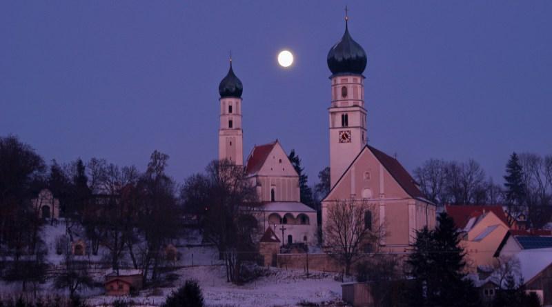 der Vollmond über der Haindlinger Wahlfahrtskirche