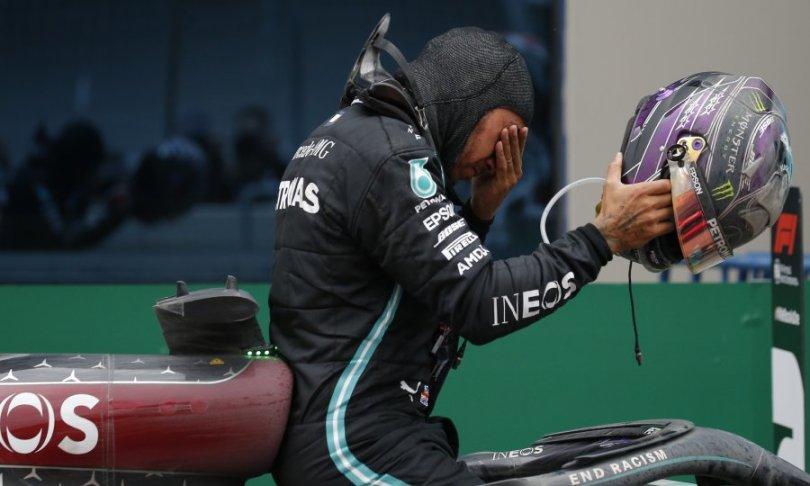 Lewis Hamilton pobijedio na mokroj stazi u Istanbulu i dostigao Michaela Schumachera po broju osvojenih naslova