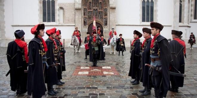 Na Dan državnosti počasna satnija Kravat pukovnija na Zagrebačkim ulicama