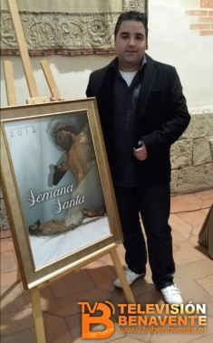 Carlos Coomonte con el Cartel de la Semana Santa 2014 de Benavente