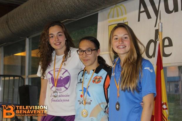 En el centro, Carolina Ganado con la medalla de Oro
